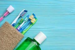 Tandborstetandborste med badlakanet på trätabellen Bästa sikt med kopieringsutrymme Fotografering för Bildbyråer