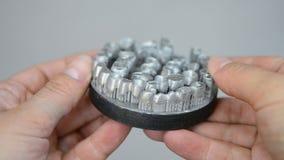 Tanddiekronen op de laser sinterende machine van de metaal 3d printer worden gedrukt stock videobeelden