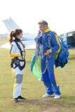 Tandem de parachutisme étant prêt pour sauter de l'avion Photos libres de droits