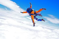 Tandem de parachutisme au-dessus des nuages image stock