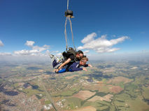 Tandem im freien Fall springend, öffnen Sie Fallschirm Lizenzfreie Stockbilder