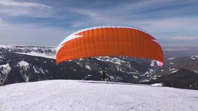 Tandem paraglider som tar av Issyk-Kul region stock video