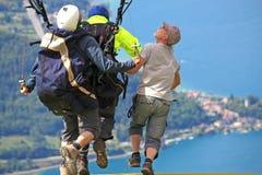 Tandem Paragliderlansering royaltyfri foto