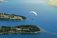 Tandem paragliding över sjön Wakatipu i Queenstown, Nya Zeeland Fotografering för Bildbyråer