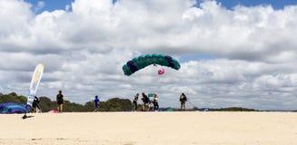 Tandemcykeln hoppar med fritt fall landning på stranden arkivfoton