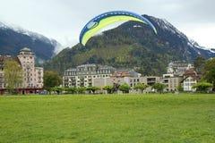 Tandemgleitschirmfliegenflüge über den Schweizer Alpen Stockfotos
