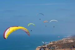 Tandemowi paragliders przy Torrey sosnami Gliderport w losie angeles Jolla Zdjęcia Royalty Free