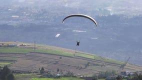 Tandemowy Paragliding Lata Nad obszarem wiejskim W Andes zbiory wideo