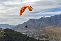 Tandemowy paragliding nad Jeziornym Wakatipu w Queenstown, Nowa Zelandia Obraz Royalty Free