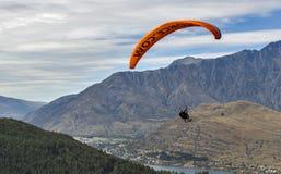 Tandemowy paragliding nad Jeziornym Wakatipu w Queenstown, Nowa Zelandia Zdjęcie Royalty Free