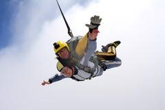 Tandemowy skok Skydiving w niebieskim niebie obrazy royalty free