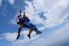 Tandemowy skydiving Dwa silnego m??czyzny s? w niebie obraz royalty free