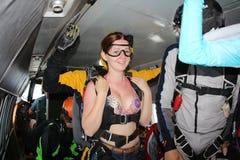 Tandemowy skydiving Dziewczyna myśleć przed skokiem obraz stock