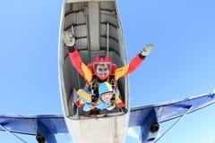 Tandemowy skydiving Instruktor z seksown? dziewczyn? zdjęcie royalty free