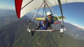 Tandemt flyg i en hängningglidflygplan arkivfilmer