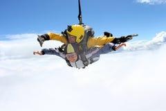 Tandemt hopp Hoppa med fritt fall i den blåa himlen arkivfoto