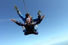 Tandemt hoppa med fritt fall Två grabbar har gyckel i himlen arkivfoton