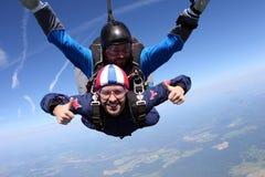 Tandemt hoppa med fritt fall Två grabbar har gyckel i himlen arkivbild