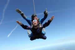 TandemxXXX_1 springen Zwei Kerle haben Spaß im Himmel lizenzfreie stockbilder