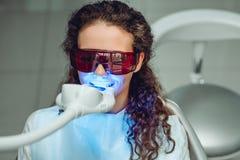Tanden die voor vrouw witten Bleken van de tanden bij tandartskliniek Front View royalty-vrije stock fotografie