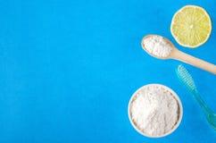 Tandenborstel, bicarbonaat en citroen - Citrusvruchtenlatifolia royalty-vrije stock foto's