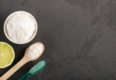 Tandenborstel, bicarbonaat en citroen - Citrusvruchtenlatifolia royalty-vrije stock fotografie