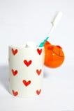 Tandenborstel in ceramische mok stock foto