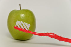 Tandenborstel en groene appel, tandzorgconcept Stock Foto's