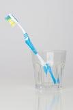 Tandenborstel in glas die neer onder ogen zien Royalty-vrije Stock Afbeeldingen