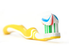 Tandenborstel met tandpasta Stock Afbeeldingen