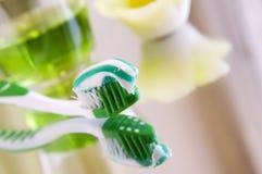 Tandenborstel met tandpasta en spoelende vloeistof stock foto's