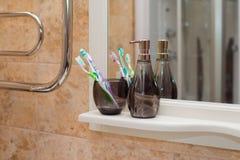 Tandenborstels in een zwart glas worden gekleurd dat stock fotografie