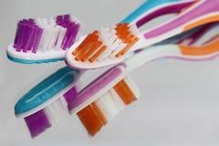 Tandenborstels en tandpasta op een spiegelplank Mondelinge hygiëneproducten stock foto