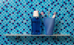 Tandenborstels op badkamersplank stock fotografie