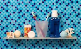Tandenborstels op badkamersplank stock foto's