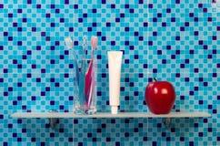 Tandenborstels op badkamersplank royalty-vrije stock afbeelding