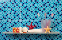 Tandenborstels op badkamersplank royalty-vrije stock afbeeldingen