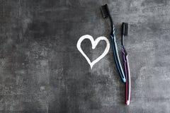 Tandenborstels op een grijze achtergrond, symbolen van geïsoleerde liefde obje Royalty-vrije Stock Foto's