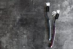 Tandenborstels op een grijze achtergrond, symbolen van geïsoleerde liefde obje Stock Fotografie