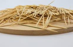 Tandenstokers op houten plaat Stock Foto's