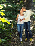 Tanderness eines jungen Paares, das ihr Baby erwartet Lizenzfreie Stockfotos