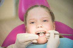 Tandexamen, klein jong geitje in tandkliniek Royalty-vrije Stock Foto's