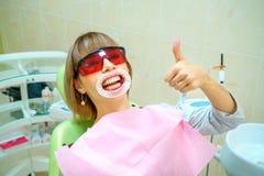 Tandheelkunde gelukkige patiënt als voorzitter in beschermende brillen royalty-vrije stock afbeelding
