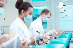 Tandheelkundestudenten met hartstocht stock foto's