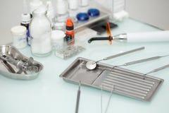 Tandhulpmiddelen op de lijst op tandkantoor Stock Afbeelding