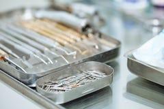 Tandhulpmiddelen op de lijst op tandkantoor Royalty-vrije Stock Foto