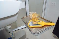 Tandhulpmiddelen op de lijst op tandkantoor Royalty-vrije Stock Afbeelding