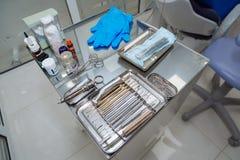 Tandhulpmiddelen op de lijst op tandkantoor Stock Foto's