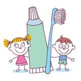 Tandhygiënejonge geitjes met tandenborstel en tandpasta Stock Foto