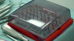 Tandimplants en chirurgisch instrument stock video